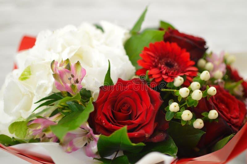 Kleurrijk die bloemboeket op witte achtergrond wordt ge?soleerd stock afbeelding