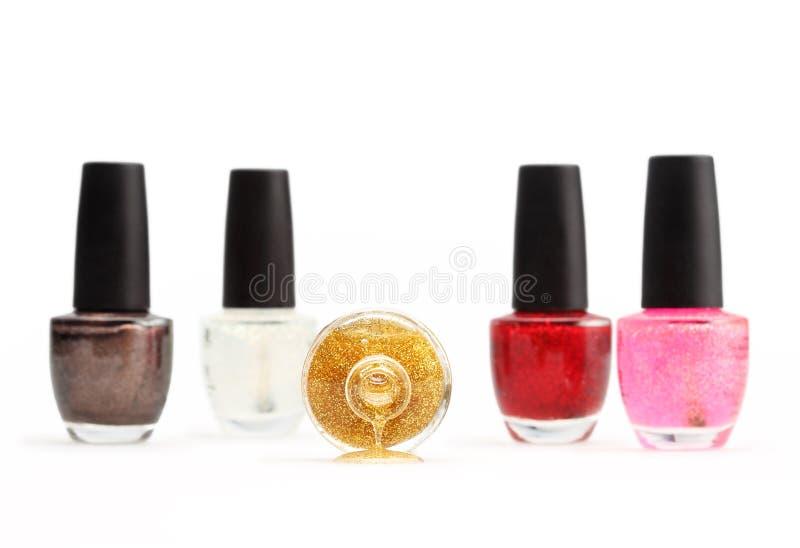Kleurrijk die nagellak op witte geïsoleerde achtergrond wordt geplaatst royalty-vrije stock foto's