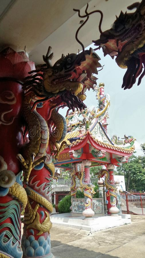 Kleurrijk draakbeeldhouwwerk en Chinese architectuur in het heiligdom royalty-vrije stock afbeelding