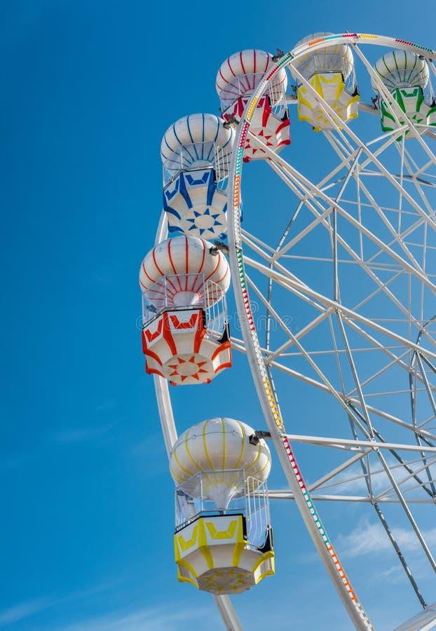 Kleurrijk Ferris Wheel in het pretpark stock fotografie