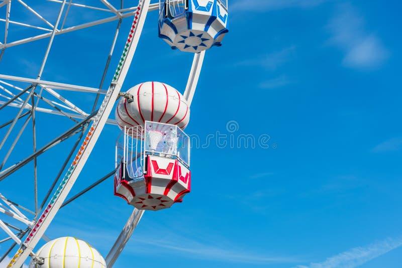 Kleurrijk Ferris Wheel in het pretpark stock foto's