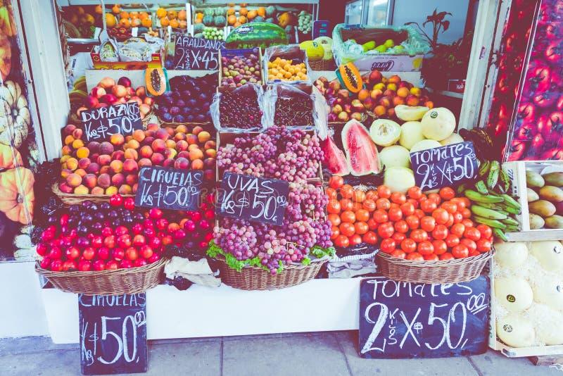 Kleurrijk fruit en plantaardige box in Buenos aires, Argentinië stock afbeeldingen