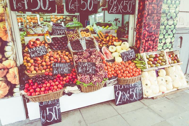Kleurrijk fruit en plantaardige box in Buenos aires, Argentinië stock afbeelding