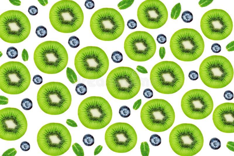 Kleurrijk fruitpatroon van verse Kiwivruchten en bosbessen F stock fotografie
