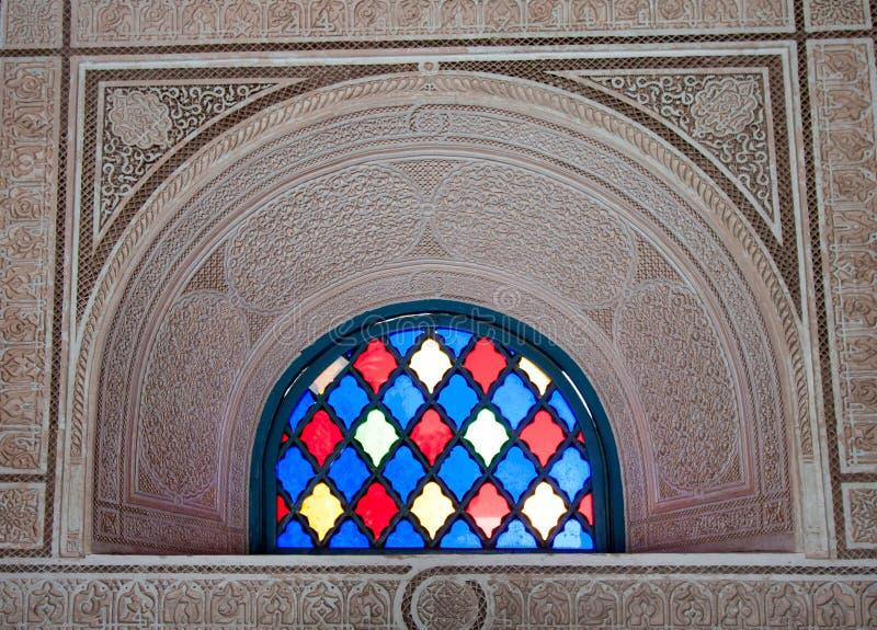 Kleurrijk gebrandschilderd glasvenster in overladen steenboog stock fotografie