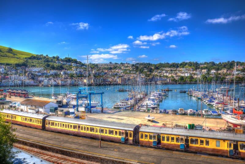 Kleurrijk geel treinvervoer door jachthaven met boten in HDR stock fotografie