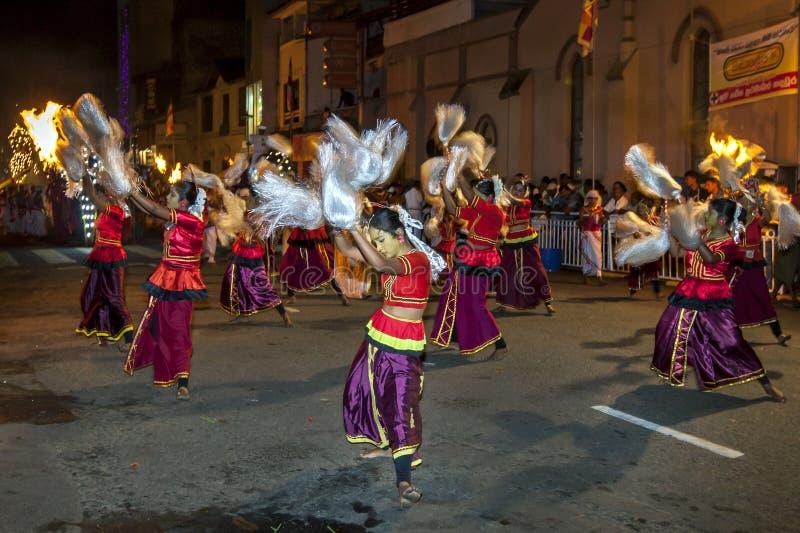 Kleurrijk geklede dansers in Esala Perahera in Kandy, Sri Lanka stock foto