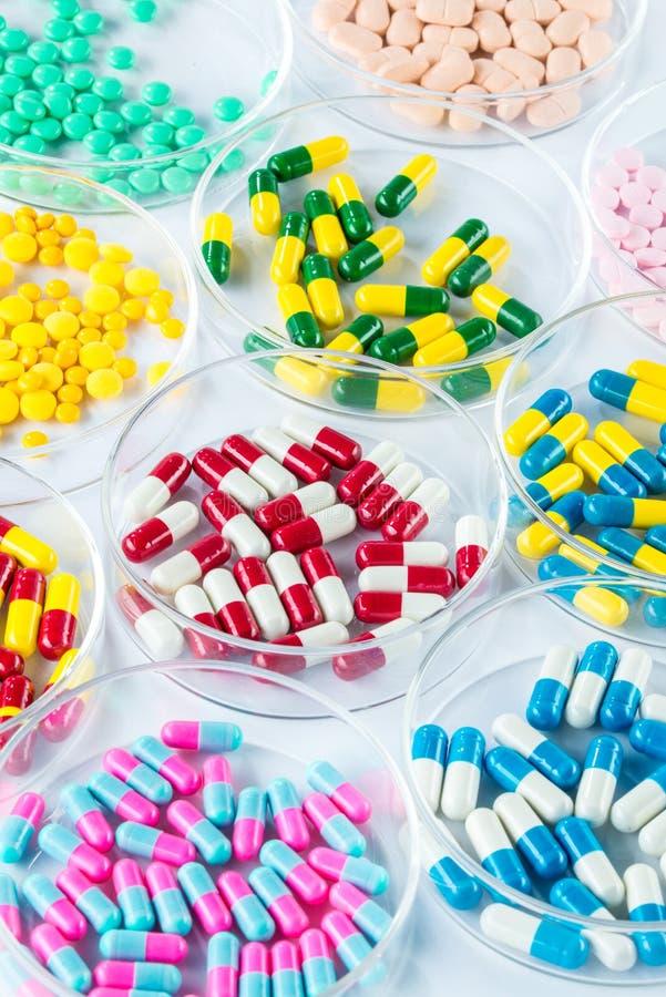 Kleurrijk geneesmiddel in Petri Dish, Gezondheidszorg en Geneeskunde royalty-vrije stock foto