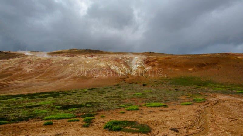 Kleurrijk geothermisch gebied van Leirhnjukur op Krafla-gebied dichtbij Myvatn-meer, Noord-IJsland, Europa stock foto's