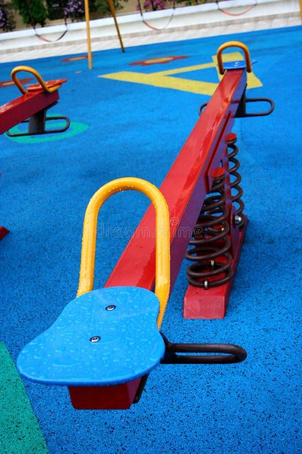 Kleurrijk geschommel in speelplaats stock fotografie