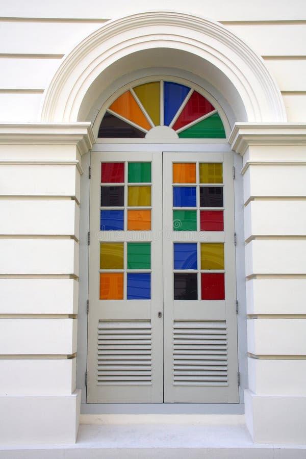 Kleurrijk glas in een deur stock foto's