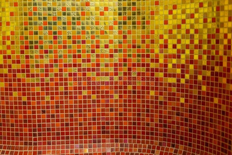 Kleurrijk gouden ceramisch mozaïek stock foto's