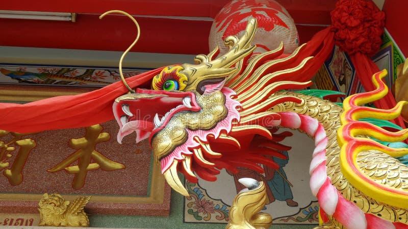 Kleurrijk gouden draakhoofd in Chinees Heiligdom bij Rayong-Provincie Thailand stock foto's
