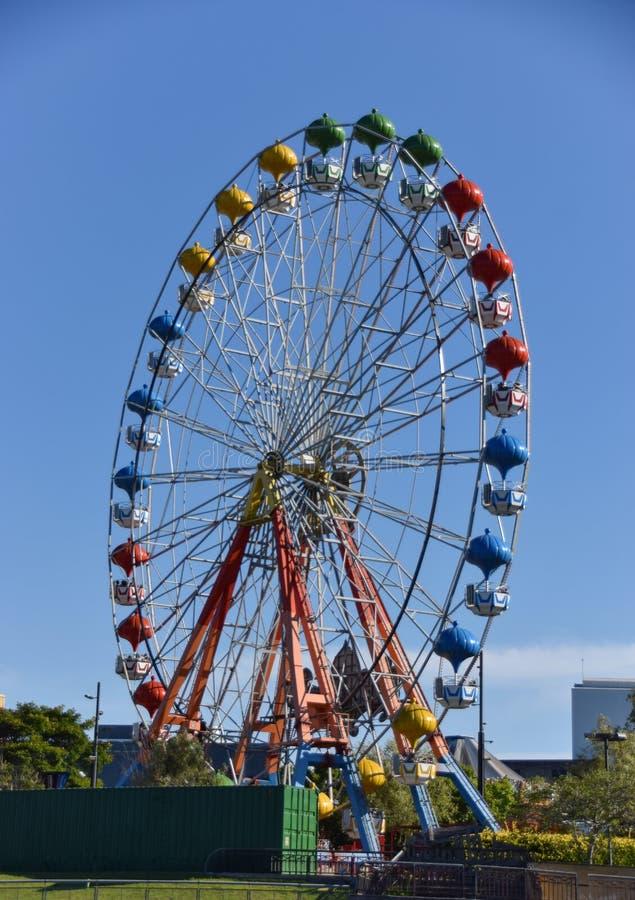Kleurrijk groot wiel in een pretpark royalty-vrije stock afbeelding