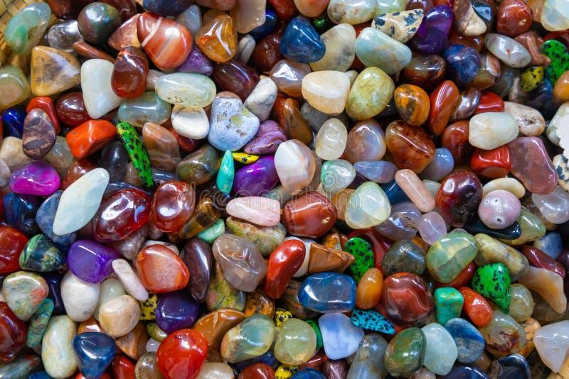 Kleurrijk halfedelstenenagaat en opalen juwelen stock foto