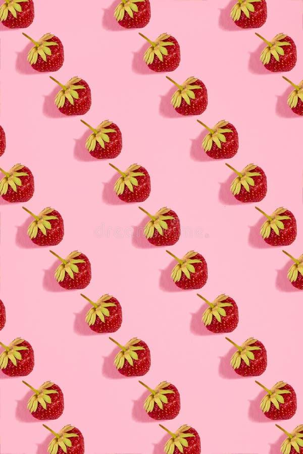 Kleurrijk helder patroon met rijpe aardbei Hoogste mening Roze achtergrond stock foto
