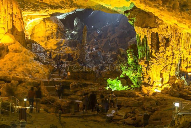 Kleurrijk hol bij Halong-Baai stock afbeelding