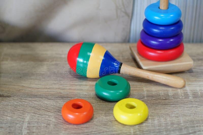 Kleurrijk houten speelgoed in speelkamer royalty-vrije stock afbeeldingen