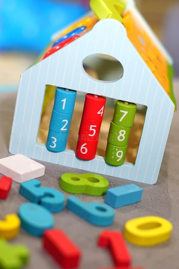 Kleurrijk houten speelgoed in speelkamer stock foto