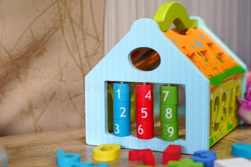 Kleurrijk houten speelgoed in speelkamer stock fotografie