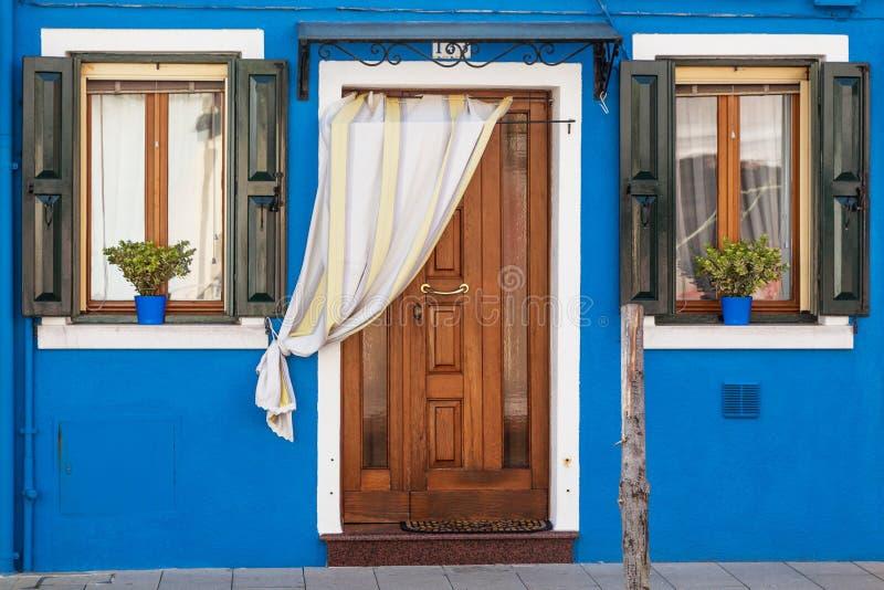 Download Kleurrijk Huis In Burano-eiland, Venetië Stock Afbeelding - Afbeelding bestaande uit middellandse, architectuur: 39107769
