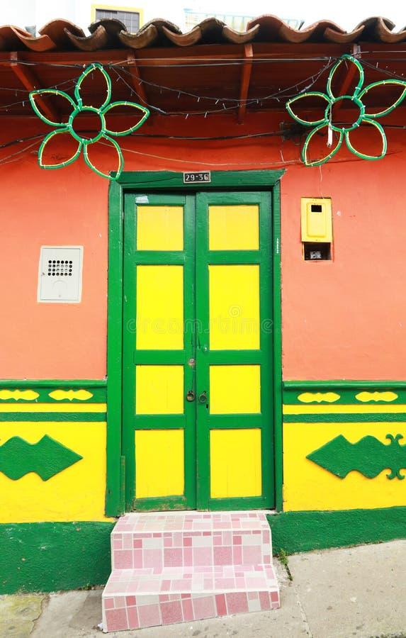 Kleurrijk huis in een Colombiaans dorp stock afbeelding