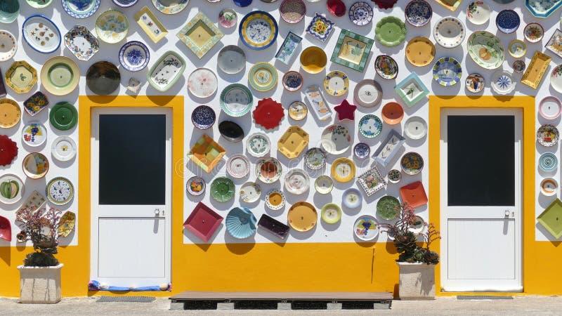 Kleurrijk huis van keramiek in Sagres, Portugal stock foto's