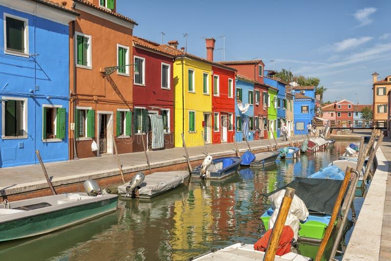 Kleurrijk huizen en kanaal op Burano-eiland, dichtbij Venetië, Italië stock fotografie