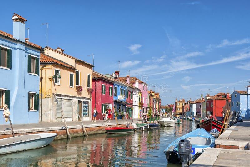 Kleurrijk huizen en kanaal op Burano-eiland, dichtbij Venetië, Italië royalty-vrije stock fotografie