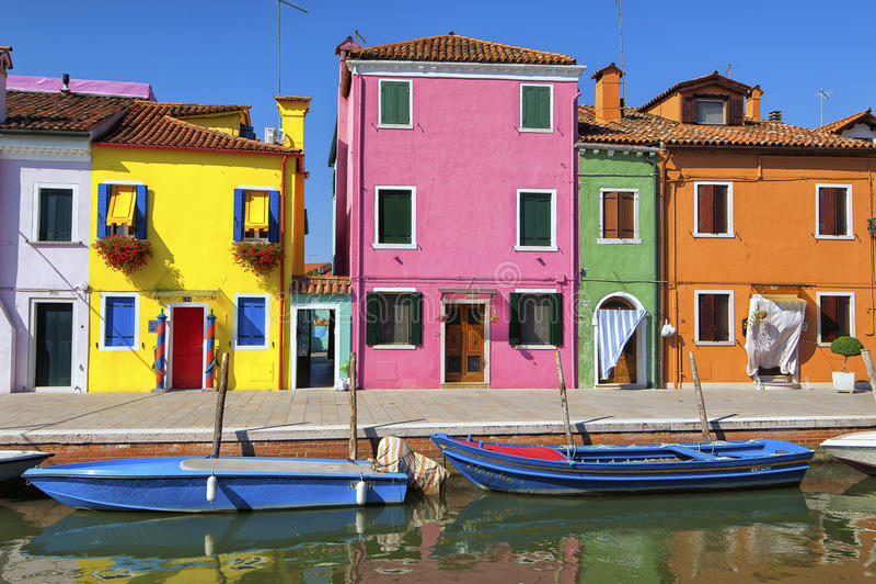 Kleurrijk huizen en kanaal op Burano-eiland, dichtbij Venetië, Italië stock foto's