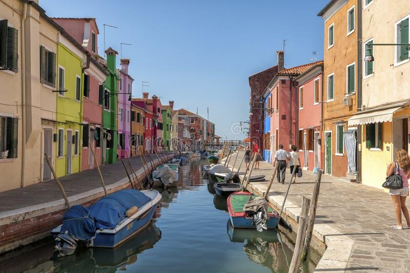 Kleurrijk huizen en kanaal op Burano-eiland, dichtbij Venetië, Italië royalty-vrije stock foto