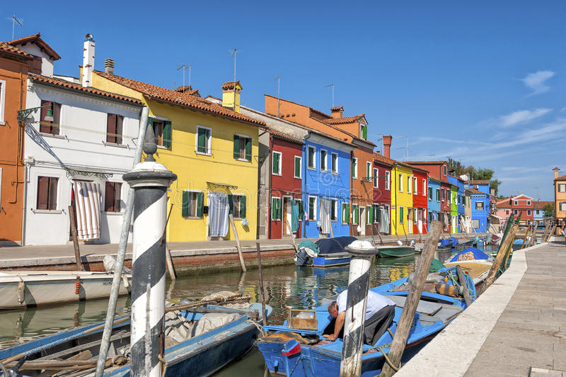 Kleurrijk huizen en kanaal op Burano-eiland, dichtbij Venetië, Italië stock foto