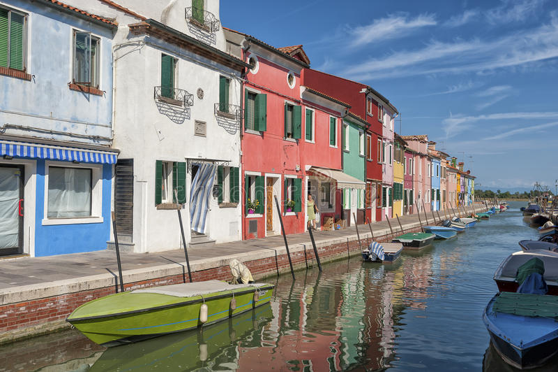 Kleurrijk huizen en kanaal op Burano-eiland, Venetië, Italië royalty-vrije stock afbeelding
