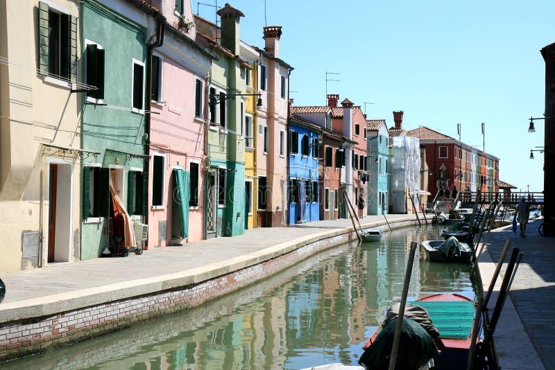 Kleurrijk huizen en kanaal van Burano, Venetië Italië stock fotografie
