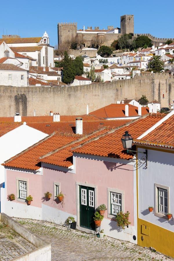 Kleurrijk huizen en kasteel. Obidos. Portugal stock fotografie