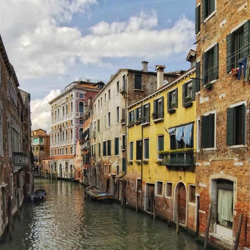 Kleurrijk kanaal in Venetië stock foto's