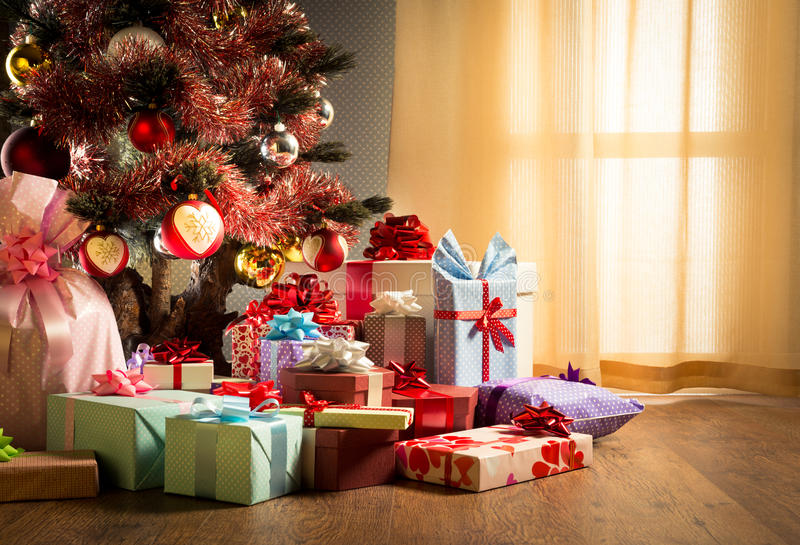 Kleurrijk Kerstmisbinnenland met giften stock afbeeldingen