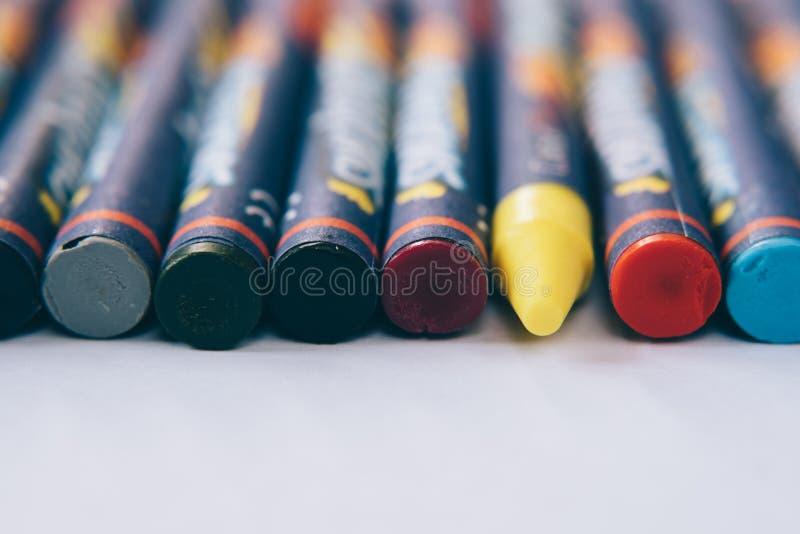 kleurrijk kleurpotlood op witte achtergrond stock fotografie
