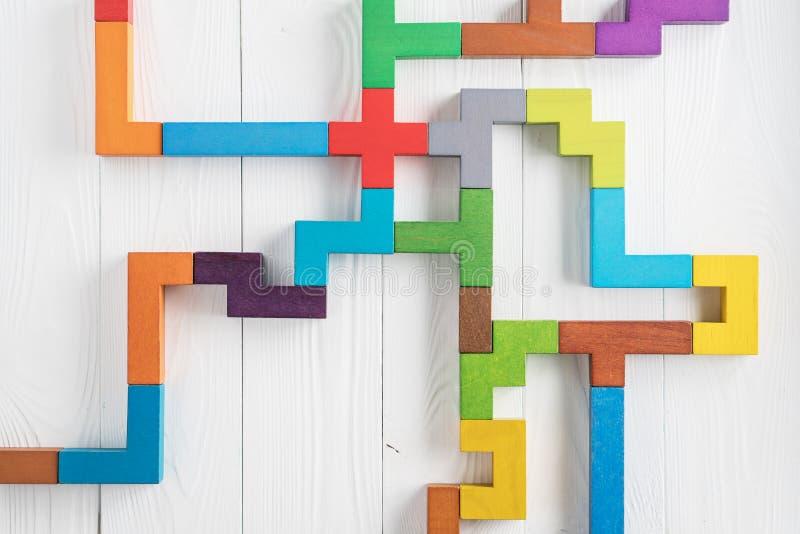Kleurrijk labyrint op witte achtergrond Het concept een bedrijfsstrategie, analytics, onderzoek naar oplossingen, de onderzoeksou stock afbeeldingen