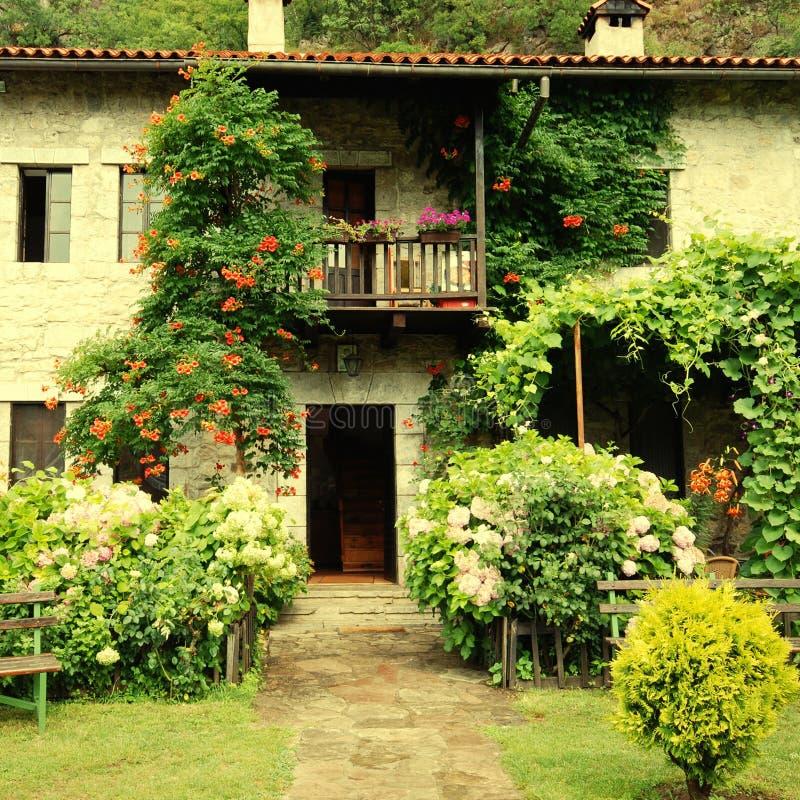 Kleurrijk landelijk huis met tuin stock afbeelding for Landelijk huis