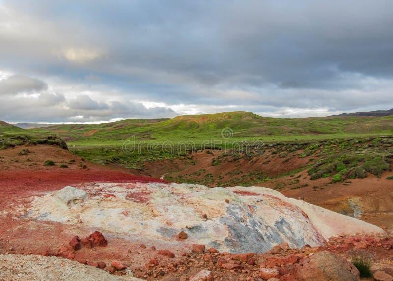 Kleurrijk landschap van geothermisch actief gebied Krà ½ suvÃk, Seltun, Globale Geopark, Geothermisch actief gebied in IJsland, E stock foto's