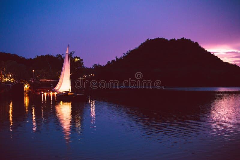 Kleurrijk licht op de brug over het meer royalty-vrije stock afbeelding