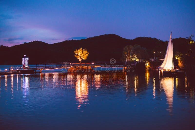 Kleurrijk licht op de brug over het meer stock fotografie
