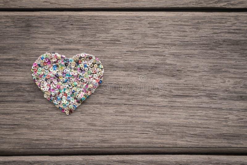 Kleurrijk liefdehart op houten achtergrond met ruimte voor tekst royalty-vrije stock foto's