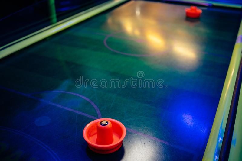 Kleurrijk luchthockey op donker binnenland stock afbeeldingen