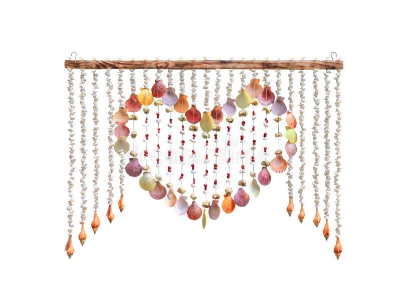 Kleurrijk multicolored shells gordijn in lijnpatronen en hart het gestalte gegeven die kader hangen op hout op witte achtergrond  royalty-vrije stock afbeeldingen
