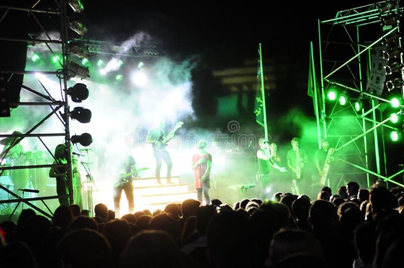 Kleurrijk Onduidelijk beeld - Muziekband op Stadium stock afbeeldingen