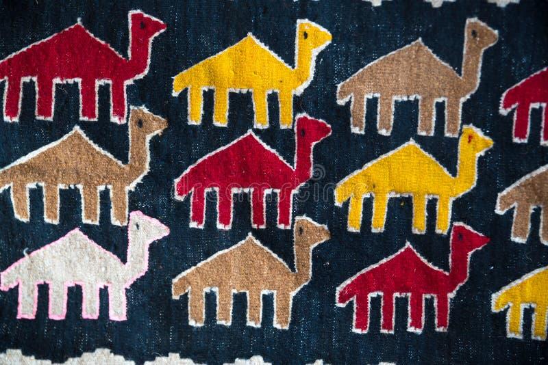 Kleurrijk oosters mozaïektapijt met traditioneel volks dierlijk ornament Gevormd tapijt stock afbeeldingen