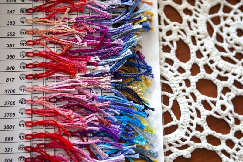 Kleurrijk palet van draad voor dwarssteek op een wit gehaakt servet royalty-vrije stock foto's