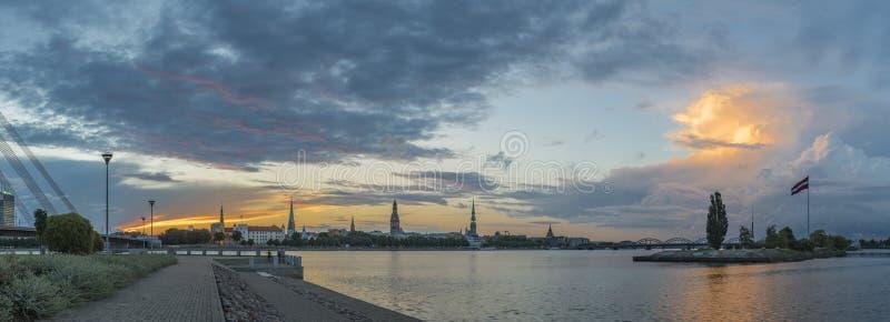 Kleurrijk panorama op de oude stad van Riga bij dageraad stock foto's